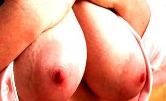 Frau mit Milchtitten treffen