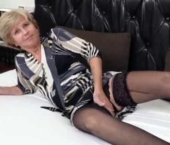 Oma sexy im Bett